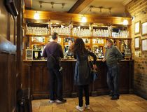 CAMBRIDGE, REINO UNIDO - CERCA DO OUTUBRO DE 2018: Eagle Pub onde a descoberta do ADN foi anunciada em 1953 por cientistas do Cav fotos de stock royalty free