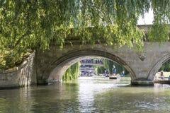 CAMBRIDGE, REINO UNIDO - 18 DE AGOSTO: Detalles del puente más viejo de Cambr Fotografía de archivo libre de regalías