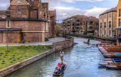 Cambridge, Reino Unido - 27 de fevereiro de 2016: Punting em Cambridge Fotografia de Stock