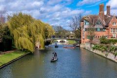 Cambridge, Reino Unido - 27 de fevereiro de 2016: Punting em Cambridge Fotografia de Stock Royalty Free