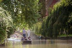 CAMBRIDGE, REINO UNIDO - 22 DE JULHO DE 2015: Punting no verão na came do rio Há diversas empresas nas excursões e no hiri do fun Fotografia de Stock