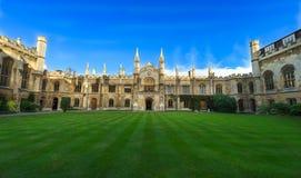 CAMBRIDGE, REINO UNIDO - 25 DE NOVEMBRO DE 2016: O pátio do corpus Christi College, é uma das faculdades antigas na universidade  fotos de stock royalty free