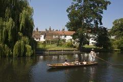 Cambridge som punting på backsna Arkivbilder