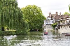 CAMBRIDGE, UK - AUGUST 18: Tourist punters in gondolas in River Royalty Free Stock Images