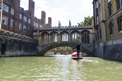 CAMBRIDGE UK - AUGUSTI 18: Turist- båtstakareflodkam och Briden Arkivbild