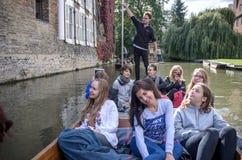 CAMBRIDGE UK - AUGUSTI 18: Yrkesmässig båtstakare i silvergata med den upptagna flodkammen mycket av turister i gondoler i bakgru Royaltyfria Bilder