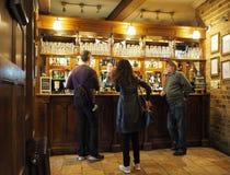 CAMBRIDGE UK - CIRCA OKTOBER 2018: Eagle Pub var DNAupptäckten meddelades i 1953 av forskare av Cavendishen royaltyfria foton
