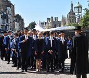 Cambridge UK, Juni 27 2018: Cambridge: Treenighethögskolestudent l Arkivbild