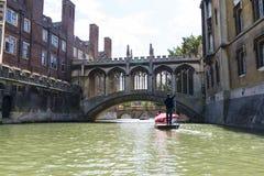 CAMBRIDGE, UK - SIERPIEŃ 18: Turystycznego zawodnika wykopującego Rzeczny krzywka i Brid Fotografia Stock