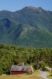 Cambridge Vermont ladugård i skuggan av Mt mansfield Arkivfoto