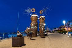 CAMBRILS, ИСПАНИЯ - 16-ОЕ СЕНТЯБРЯ 2017: Взгляд обваловки города и современного ` скульптуры ` русалок стоковое изображение