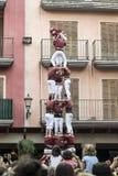 CAMBRILS, AM 2. AUGUST: Castellers-Gruppe Xiquets De Cambrils in einem menschlichen Turm in der lokalen Festlichkeit am 1. August lizenzfreie stockfotos