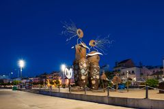 CAMBRILS, ESPANHA - 16 DE SETEMBRO DE 2017: Vista da terraplenagem da cidade e do ` moderno da escultura o ` das sereias Imagem de Stock Royalty Free