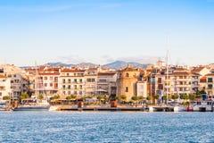 CAMBRILS, ESPANHA - 16 DE SETEMBRO DE 2017: Vista do ria de Cambrils - Torre del Porto do ` de Hist do ` do porto e do museu d Co Imagem de Stock