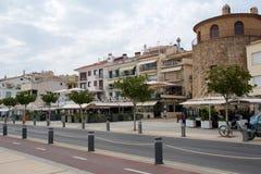 CAMBRILS SPANIEN - AUGUSTI 27th, 2017: Ria de Cambrils - Torre del Port för Museu D `-Hist ` Sjösida med restauranger och barer Arkivbild