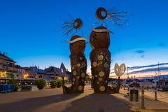 CAMBRILS, SPANIEN - 16. SEPTEMBER 2017: Ansicht des Dammes der Stadt und der modernen Skulptur Lizenzfreie Stockfotos
