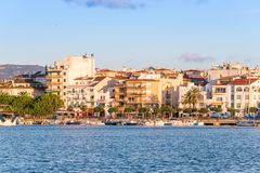 CAMBRILS, SPANIEN - 16. SEPTEMBER 2017: Ansicht von Hafen und museu d ` Hist-` ria De Cambrils - Torre Del Port Kopieren Sie Raum Lizenzfreie Stockfotografie
