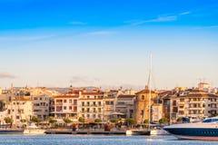 CAMBRILS, SPANIEN - 16. SEPTEMBER 2017: Ansicht von Hafen und museu d ` Hist-` ria De Cambrils - Torre Del Port Kopieren Sie Raum stockbild