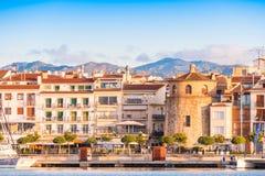 CAMBRILS, SPANIEN - 16. SEPTEMBER 2017: Ansicht von Hafen und museu d ` Hist-` ria De Cambrils - Torre Del Port Kopieren Sie Raum stockfotografie