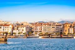 CAMBRILS, SPANIEN - 16. SEPTEMBER 2017: Ansicht von Hafen und museu d ` Hist-` ria De Cambrils - Torre Del Port Kopieren Sie Raum Stockfotos
