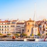 CAMBRILS, SPANIEN - 16. SEPTEMBER 2017: Ansicht von Hafen und museu d ` Hist-` ria De Cambrils - Torre Del Port Kopieren Sie Raum Stockbilder