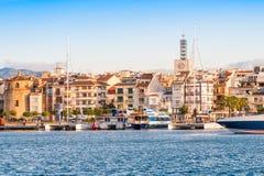 CAMBRILS, SPANIEN - 16. SEPTEMBER 2017: Ansicht von Hafen und museu d ` Hist-` ria De Cambrils - Torre Del Port Kopieren Sie Raum Lizenzfreies Stockbild