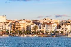 CAMBRILS, SPANIEN - 16. SEPTEMBER 2017: Ansicht von Hafen und museu d ` Hist-` ria De Cambrils - Torre Del Port Kopieren Sie Raum Lizenzfreie Stockbilder