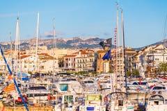 CAMBRILS, SPANIEN - 16. SEPTEMBER 2017: Ansicht von Hafen und museu d ` Hist-` ria De Cambrils - Torre Del Port Nahaufnahme Lizenzfreie Stockfotografie