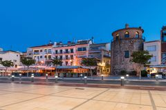CAMBRILS, SPANIEN - 16. SEPTEMBER 2017: ` Museu d Hist-` ria De Cambrils - Torre Del Port Kopieren Sie Raum für Text lizenzfreie stockbilder
