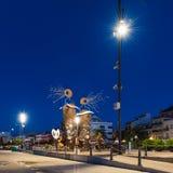 CAMBRILS, SPANJE - SEPTEMBER 16, 2017: Mening van de dijk van de stad en het moderne beeldhouwwerk ` de Meerminnen ` C Royalty-vrije Stock Afbeelding