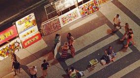 Cambusa della pittura della via alla spiaggia vicina di Copacabana di notte Fotografia Stock