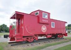 Cambuse rouge antique sur le chemin de fer image libre de droits
