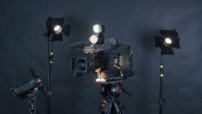 Camcorder, βιντεοκάμερα και επαγγελματικά φω'τα στούντιο σε ένα στούντιο ραδιοφωνικής αναμετάδοσης απόθεμα βίντεο
