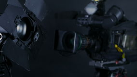 Camcorder, βιντεοκάμερα και επαγγελματικά φω'τα στούντιο σε ένα στούντιο ραδιοφωνικής αναμετάδοσης φιλμ μικρού μήκους