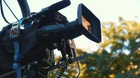 Camcorder op de kraan tijdens het schieten Het filmen van een film op de straat stock video