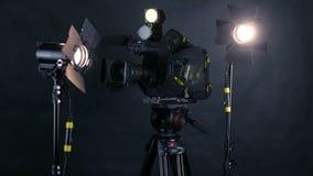 Camcorder, videocamera en professionele studiolichten in een het uitzenden studio stock footage