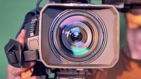 Camcorder wordt naar de kijker door een mannelijke exploitant wordt geleid die stock footage