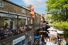 Camden Market område med folk, shoppar och restauranger i London Arkivfoto