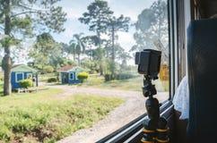 Came de enregistrement sur la fenêtre d'un train images stock
