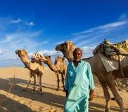Cameleer (conductor del camello) con los camellos en dunas del desierto de Thar. Raj Foto de archivo libre de regalías