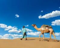 Cameleer (conductor del camello) con los camellos en Rajasthán, la India Foto de archivo