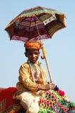 Молодое cameleer подготовляя принять участие на конкуренции украшения верблюда на скотинах справедливо в Pushkar, Индии Стоковые Фотографии RF