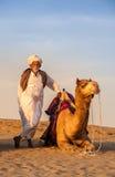Cameleertribune naast kameel Royalty-vrije Stock Foto's