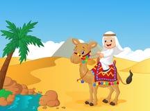 Camello árabe del montar a caballo del muchacho Foto de archivo