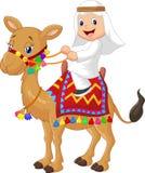 Camello árabe del montar a caballo del muchacho de la historieta stock de ilustración