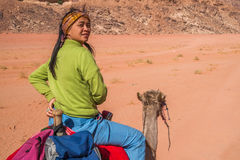 Camello asiático del montar a caballo de la muchacha Fotografía de archivo