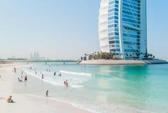 Camelos em uma praia de Dubai fotografia de stock