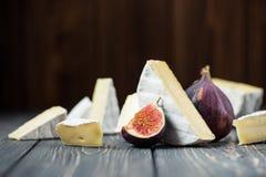 camembert ή brie τυρί με το σύκο Στοκ Φωτογραφία
