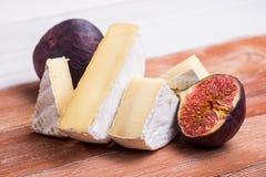 camembert ή brie τυρί με το σύκο Στοκ φωτογραφία με δικαίωμα ελεύθερης χρήσης