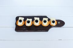 Camembert ελιές και κροτίδες τυριών Μεσογειακές διατροφή και κουζίνα στο άσπρο υπόβαθρο στοκ φωτογραφίες με δικαίωμα ελεύθερης χρήσης